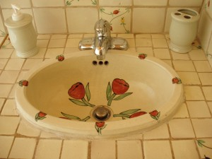 Hand-painted Mexican sink in the bathroom makes it pleasant to brush your teeth.